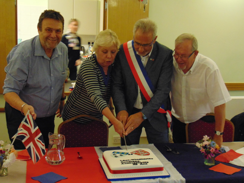The cake cut by the Mayor of Winchester and the Deputy Mayor of Laon